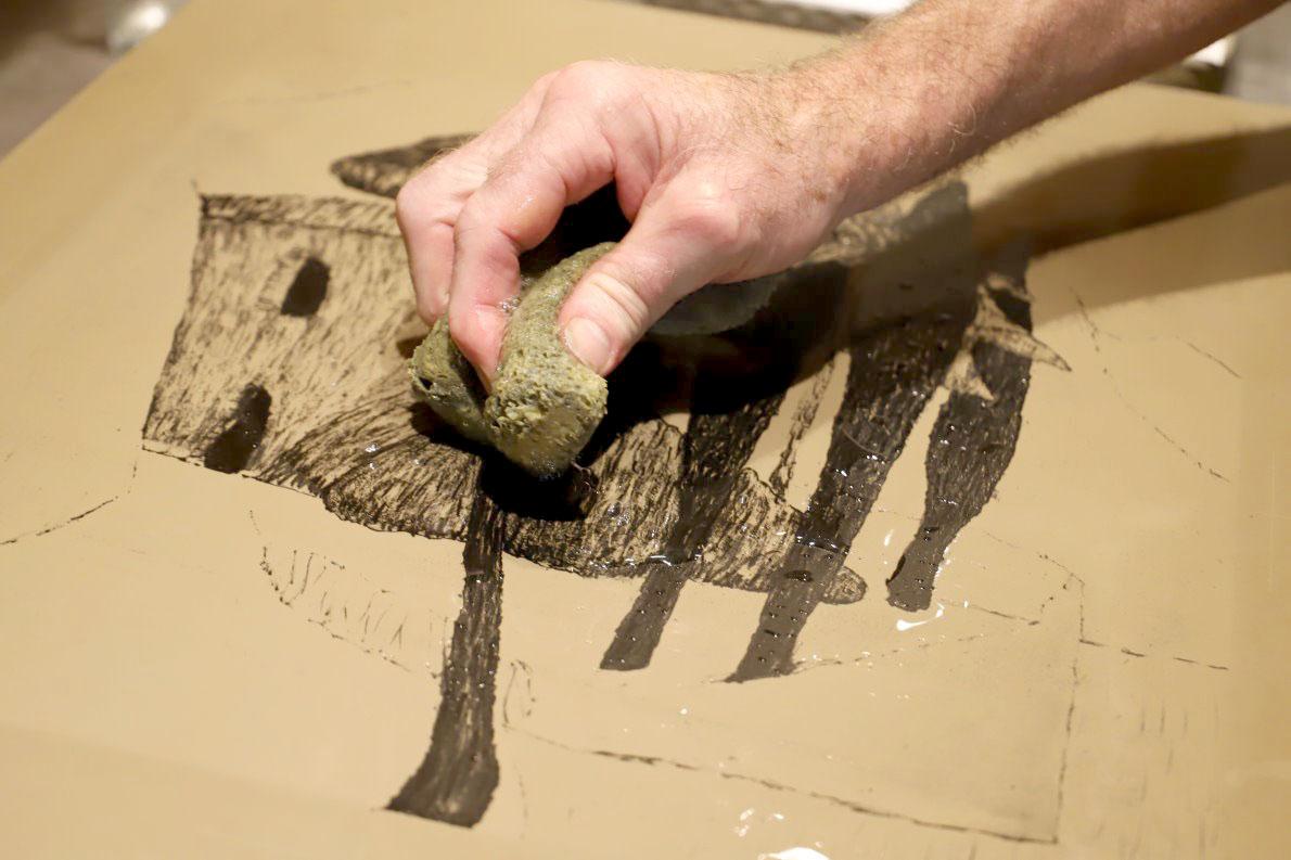 """Das Verhältnis des Steindruckers zum Stein ist ein Inniges. """"Das ist etwas sehr Persönliches"""", sagt Günther Stecher.Foto: Knut Kuckel"""